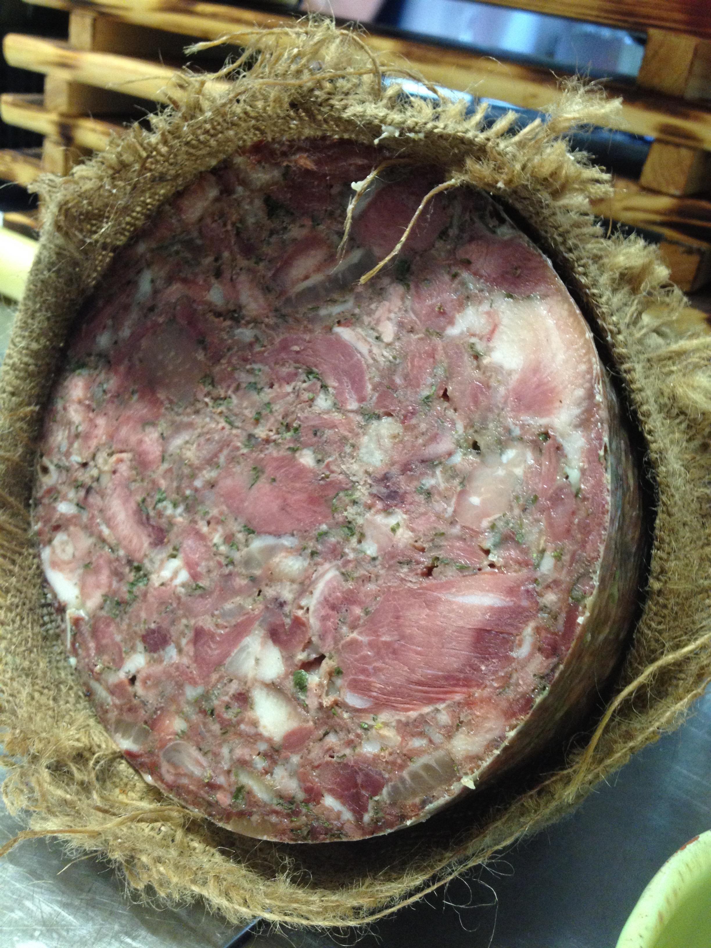 Les charcuteries viennent de Toscane: Salumi di scarpaccia est une exploitation à taille humaine qui élève ses porc en plein air. Leurs spécialités sont élaborées à partir de recettes typiquement Toscannaise à base de baies de genièvre, de vin Chianti et d'herbes aromatiques.